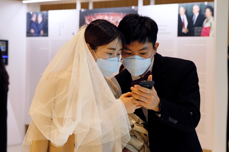 wedding-ceremony with masks-in-Gapyeong-South-Korea photo from CNN